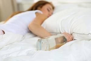 Alkohol wcale nie sprawia, że lepiej śpimy! Obalamy popularny mit o wpływie alkoholu na sen - KacDoktor