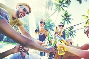 Jak bezpiecznie spożywać alkohol w sezonie letnim? - KacDoktor